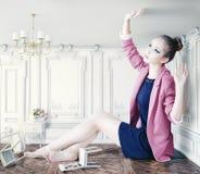 Stor flicka i litet rum Arkivfoto