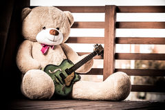 Stor flott nallebjörn med en gitarr royaltyfri fotografi