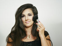 Stor fluffig borste för sexigt härligt makeupkvinnabruk, blickar på dig med ljust leende Royaltyfri Bild