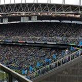 Stor folkmassa av folk på en fotbolllek Royaltyfri Fotografi