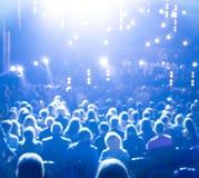 Stor folkmassa av folk på ljust ljus arkivbild