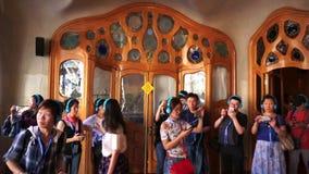 Stor folkmassa av turister inom casaen Batllo stock video