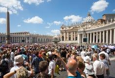 Stor folkmassa i helgonet Peters Square på Vaticanen Fotografering för Bildbyråer
