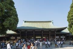 Stor folkmassa i Meiji Shrine, Shibuya, Tokyo, Japan Royaltyfria Bilder