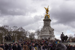 Stor folkmassa på Buckingham Palace Arkivfoton