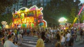 Stor folkmassa på stadsmässan på natten stock video