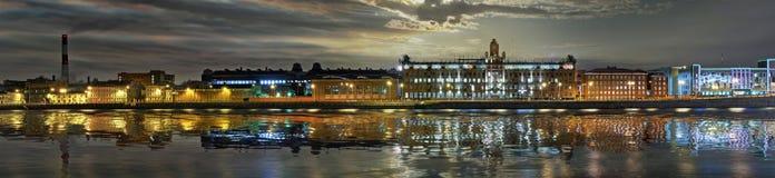 Stor-format panorama av den Sinopskaya invallningen i St Petersburg royaltyfri fotografi
