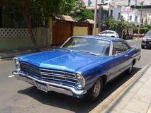 Stor formatFord XL kupé som parkeras i Miraflores, Lima Royaltyfria Foton