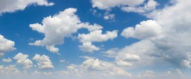 Stor formatpanorama av blå himmel och vita moln, solig dag Royaltyfria Foton