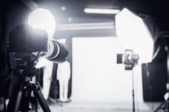 Stor fotostudio med yrkesmässig belysning Arkivfoton