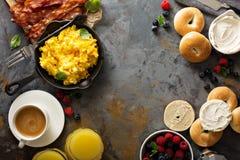 Stor frukost med bacon och förvanskade ägg Arkivfoton