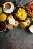 Stor frukost med bacon och förvanskade ägg Arkivbild