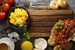 Stor frukost med bacon och förvanskade ägg Royaltyfria Foton
