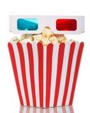 Stor fyrkantig ask mycket av popcorn-och 3D-glasses på vit Arkivfoto