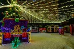 Stor gåvaask som dekoreras och tänds för jul och för helgdagsafton för nytt år royaltyfria bilder