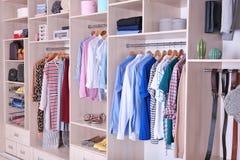 Stor garderob med kläder och skor royaltyfri fotografi