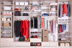 Stor garderob med olik kläder, hem- material och skor royaltyfri bild