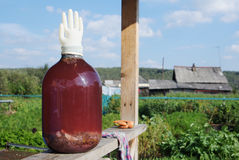 Stor glass bank med ett hemlagat vin Fotografering för Bildbyråer