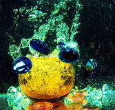 Stor glass genomskinlig boll inom vattnet med luftbubblor a Arkivbilder