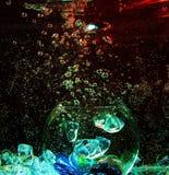 Stor glass genomskinlig boll inom vattnet med luftbubblor a Arkivbild