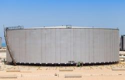 Stor grå färgbehållare med diesel i Saudiarabien Royaltyfri Foto