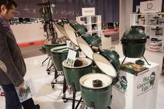 Stor grön äggmatlagningapparat på skärm på HOMI, internationell show för hem i Milan, Italien Arkivbild