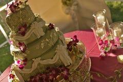 Stor grön bröllopstårta med stearinljus Royaltyfri Foto