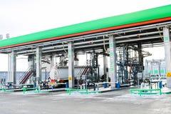 Stor grön industriell bensinstation för att tanka medel, lastbilar och behållare med bränsle, bensin och diesel i vintern arkivbild