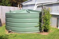 Stor grön vattenbehållare Arkivfoto
