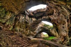 Stor grotta nära byn Devetaki Royaltyfria Bilder