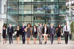 Stor grupp av affärsfolk i lobby av en stora affärer royaltyfria bilder