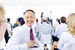 Stor grupp av affärsfolk i presentation arkivbilder