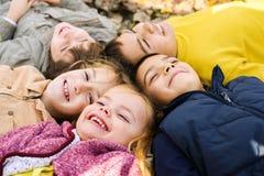 Stor grupp av barn fotografering för bildbyråer