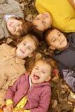 Stor grupp av barn arkivfoton