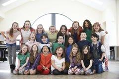Stor grupp av barn som tillsammans tycker om dramaseminariet arkivbild