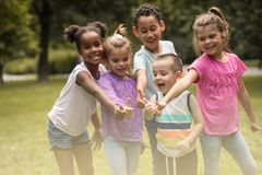 Stor grupp av barn Stående togetherness royaltyfria foton