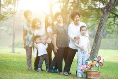 Stor grupp av den asiatiska mång- utvecklingsfamiljen Royaltyfri Fotografi