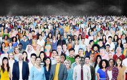 Stor grupp av det olika multietniska gladlynta begreppet Arkivbild