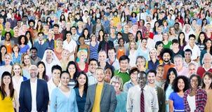 Stor grupp av det olika multietniska gladlynta folkbegreppet royaltyfria foton