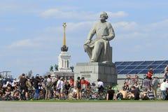 Stor grupp av eftermiddagen för cyklister på våren i Moskva Arkivbild