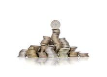 Stor grupp av krökta högar av mynt med fjärdedeldollaren överst arkivfoto