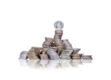 Stor grupp av krökta högar av mynt med schweizareöppenhjärtig överst royaltyfri bild