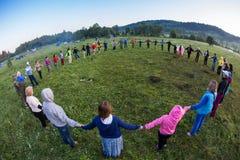 Stor grupp av lycklig folklekroundelay Royaltyfri Fotografi