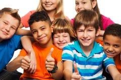 Stor grupp av lyckliga ungar Arkivfoton