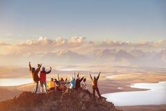 Stor grupp av lyckliga vänner i mountainsvområde arkivfoto