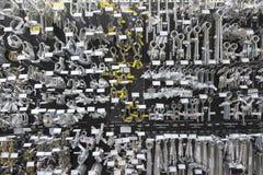 Stor grupp av metalliska utrustningar på skärm i maskinvarulager Royaltyfria Foton