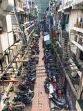 Stor grupp av mopeder som parkeras i en liten gränd i bangkok, ve fotografering för bildbyråer