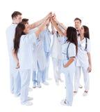 Stor grupp av motiverade doktorer och sjuksköterskor royaltyfri fotografi