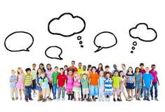 Stor grupp av multietniska barn med anförandebubblor royaltyfria bilder