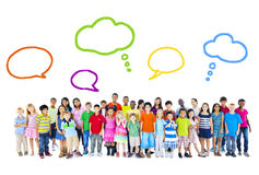 Stor grupp av multietniska barn med anförandebubblor Arkivbilder